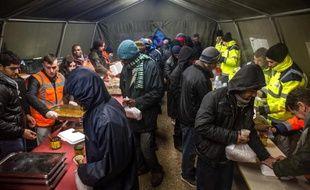 """Des migrants recoivent des repas chauds le 15 janvier 2015 dans un centre d'accueil de jour qui vient d'ouvrir à Calais grâce à l'association """"La Vie Active"""""""
