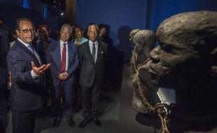 François Hollande visite l'exposition permanente du Mémorial ACTe lors de l'inauguration de ce plus grand centre du monde dédié à l'histoire de la traite, le 10 mai 2015 à Pointe-à-Pitre (Martinique)