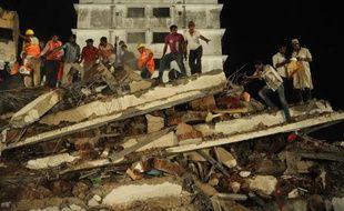 """""""Le bâtiment (qui s'est effondré) était une construction sans autorisation. Nous allons enquêter là-dessus et faire un rapport"""", a assuré à l'AFP Sandeep Malwi, un porte-parole de la municipalité de Thane."""