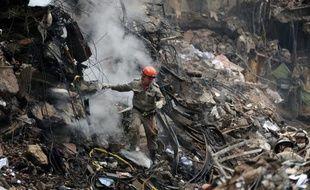 """La Défense civile a déclaré vendredi soir """"ne plus croire"""" qu'il puisse y avoir des survivants sous les décombres des trois immeubles qui se sont effondrés mercredi soir dans le centre de Rio de Janeiro."""