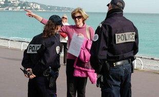 Contrôle d'attestation de sortie par la police en mars 2020 à Nice (illustration)