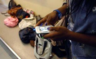 Pour eviter la fraude lors des examens, les eleves sont tenus d'eteindre leur telephone portable, de les ranger dans leur sac et de deposer ceux ci au pied du tableau