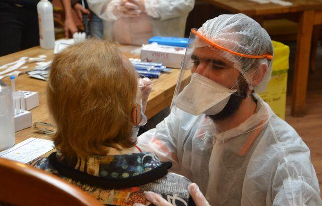 Un test antigénique, dans une maison de retraite de Montpellier