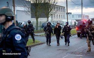 Lilian, 26 ans accompagné par deux hommes du raid à la fin de la prise d'otages