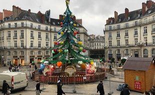 Le manège-sapin installé place Graslin à Nantes.