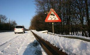 Un panneau de signalisation de zone de verglas. (Illustration).