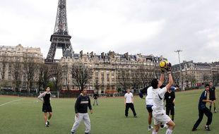 Des jeunes jouent au football à Paris (image d'illustration).