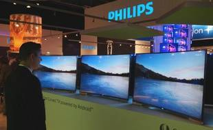 Philips/TP Vision présente son premier téléviseur incurvé 4K/Android/Ambilight.
