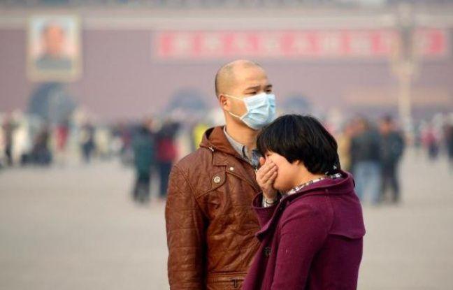 Des touristes chinois place Tiananmen un jour de forte pollution, le 5 novembre 2013 à Pékin