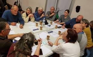 Des personnes participant à un grand débat national à Saint-Didier dans le Vaucluse
