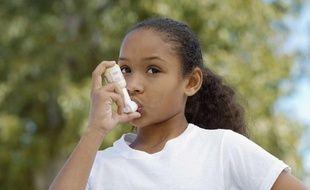 Une jeune fille se sert d'un inhalateur, illustration.