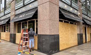Dans plusieurs grandes villes des Etats-Unis comme à washington, les commerces ont commencé à se barricader par crainte d'une explosion de violence à l'annonce des résultats de la présidentielle américaine.
