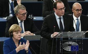 Le président français François Hollande et la Chancelière allemande Angela Merkel, au Parlement européen, le 7 octobre 2015 à Strasbourg