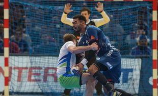 Adrien Dipanda renverse son adversaire slovène, à l'image de la demi-finale du Mondial.
