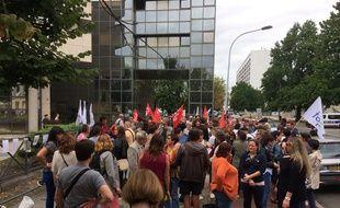 Une mobilisation a eu lieu pour dénoncer les conséquences délétères pour les établissements scolaires de la suppression des contrats aidés.