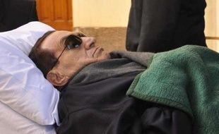 Les Egyptiens attendaient les résultats de la première présidentielle depuis la chute l'an dernier de l'ex- président Hosni Moubarak, qui se trouvait dans le coma mercredi après son transfert de prison vers un hôpital militaire du Caire.