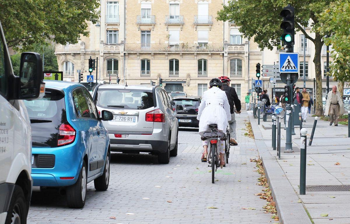 Des cyclistes sur la place de Bretagne, à Rennes. Le nouvel aménagement fera plus de place aux vélos et piétons. – C. Allain / APEI / 20 Minutes