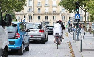 Des cyclistes sur la place de Bretagne, à Rennes.
