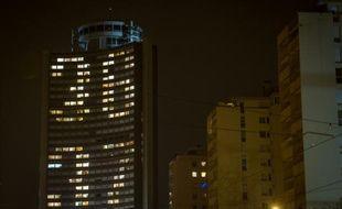 """Des habitants de la """"Tour de l'Europe"""" forment avec les lumières de leurs appartement le numéro de téléphone du Téléthon """"36-37"""" à Mulhouse, le 4 décembre 2015 (illustration)."""