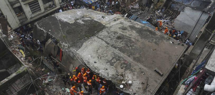 Un immeuble résidentiel de 3 étages s'est effondré lundi 21 septembre près de Bombay en Inde.