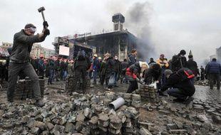 Des manifestantrs déterrent des pavés sur la Place de l'Indépendance, le 19 février 2014 à Kiev
