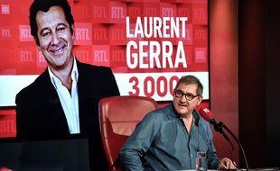Le 4 mars 2020, sur RTL, Yves Calvi a célébré la 3000e chronique de l'humoriste Laurent Gerra.