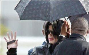 """Michael Jackson s'est brièvement rendu ce weekend dans un camp militaire américain près de Tokyo, afin d'apporter son """"soutien"""" aux troupes, dans le cadre d'une série de rencontres avec ses fans dans l'Archipel, réputés parmi les plus fervents."""