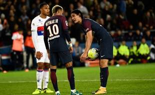 Paris Saint-Germain's Uruguayan forward Edinson Cavani (R) speaks with Paris Saint-Germain's Brazilian forward Neymar (C) during the French L1 football match between Paris Saint-Germain and Olympique Lyonnais at the Parc des Princes Stadium in Paris on September 17, 2017.