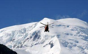 Vue d'un hélicoptère de secours en juillet 2012 à Chamonix (Haute-Savoie).