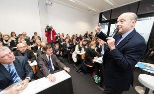 Alain Juppé lors de la présentation de sa liste, dans les locaux de l'Inseec à Bordeaux