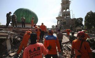 Les secours continuent leurs recherches sur l'île de Lombok après le séisme.