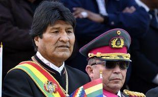 Le président bolivien Evo Morales derrière Williams Kaliman, le Commandant-en-chef des Armées, le 23 mars 2019 à La Paz.