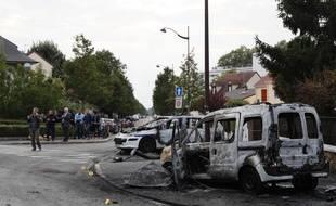 Deux véhicules de police ont été incendiés par des cocktails Molotov, le 8 octobre 2016 à Viry-Châtillon (Essonne).