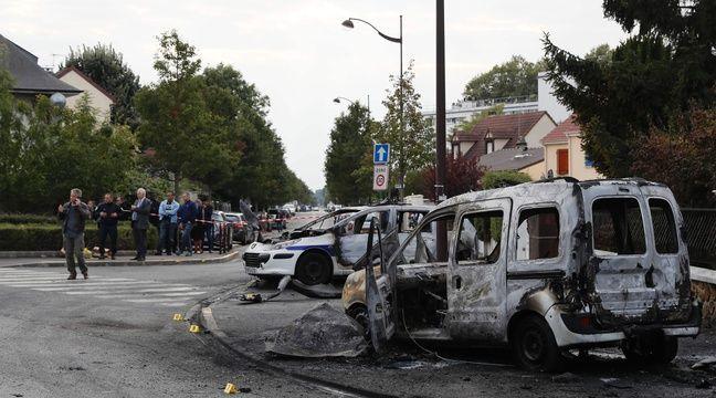 Deux véhicules de police ont été incendiés par des cocktails Molotov, le 8 octobre 2016 à Viry-Châtillon (Essonne). – AFP