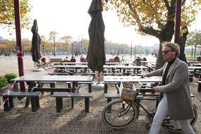 Un homme passe à vélo  devant la terrasse fermée de la la place des Musées, le 23 octobre 2020 à Amsterdam, aux Pays-Bas.