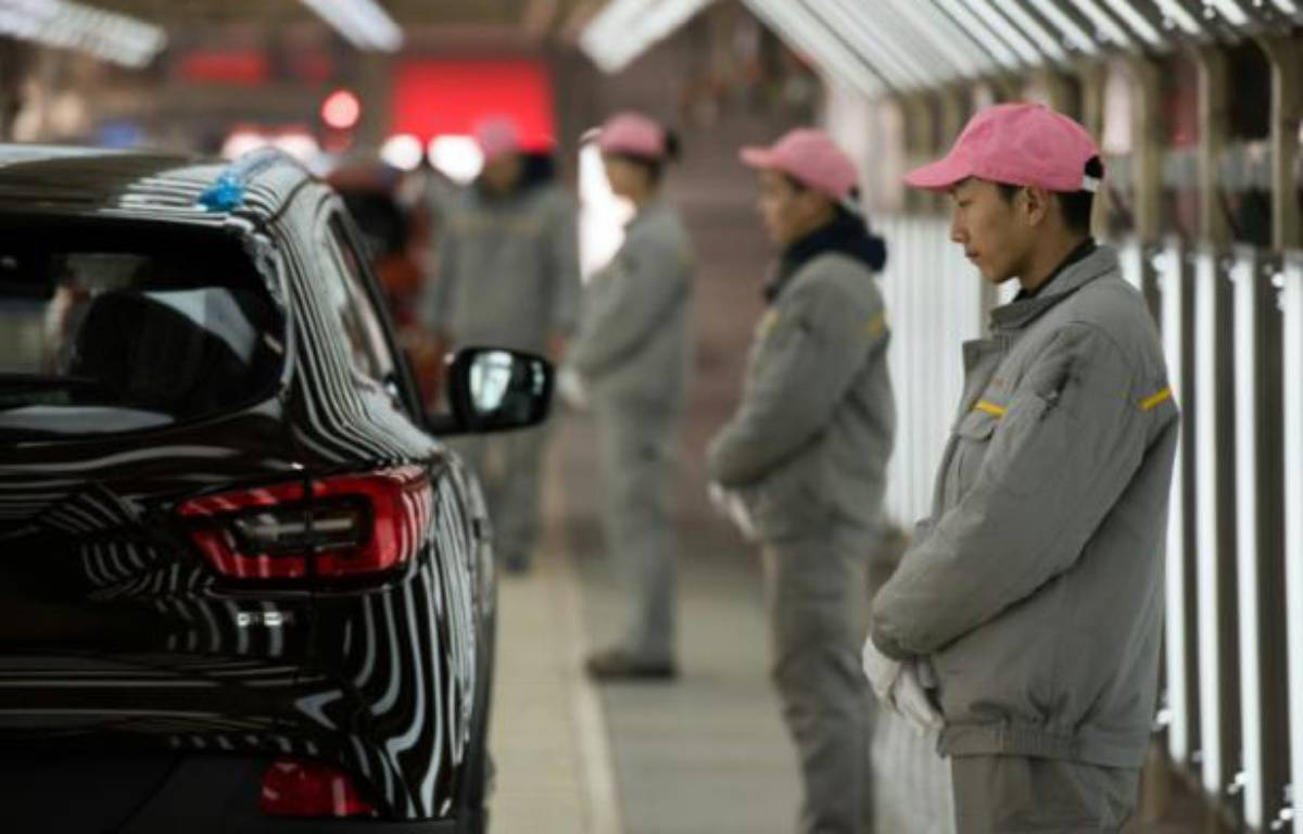 Des ouvriers chinois, le 1er février 2016 lors de l'inauguration de la 1ère usine Renault en Chine – JOHANNES EISELE AFP
