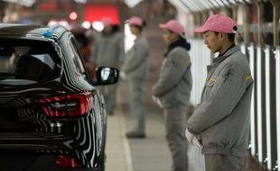 Des ouvriers chinois, le 1er février 2016 lors de l'inauguration de la 1ère usine Renault en Chine