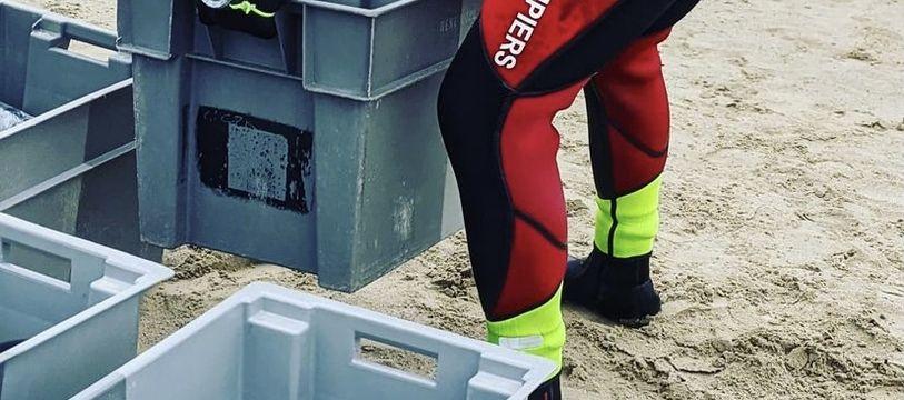 Les 300 bouteilles de crémant d'Alsace ont été mises en caisses et plongées à 25 mètres de profondeur.
