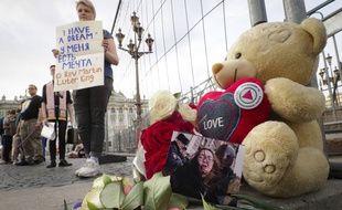 Des Russes manifestent près de la photo de la victime, Yelena Grigorieva.