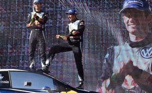 Sébastien Ogier (à gauche) Sebastien Ogier of France (L) et son copilote Julien Ingrassia fêtent leur titre mondial en WRC, acquis à l'issue du rallye d'Australie, le 13 septembre 2015.