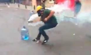 Un manifestant turc maîtrisant une grenage lacrymogène, le 17 juin 2013.