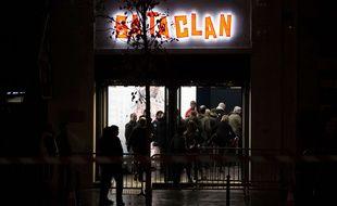 Des spectateurs rentrent dans le Bataclan à Paris pour le concert de réouverture de Sting le 12 novembre 2016.