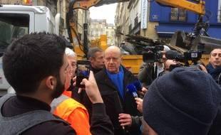 Alain Juppé s'est rendu rue Ravez ce dimanche matin pour rencontrer les agents qui nettoient la rue après les dégradations qui ont eu lieu dans la nuit.
