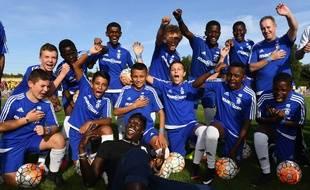 Benjamin Mendy avec des jeunes du club de l'US Palaiseau, là où il a commencé, le 10 septembre 2018.