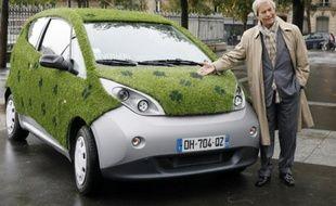 Vincent Bolloré, le Pdg du groupe Bolloré, présente une voiture Autolib à Paris, le 8 octobre 2014