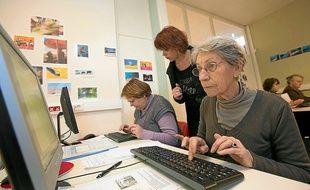 Des ateliers expliquent comment utiliser ordinateurs, téléphones ou appareils photos.