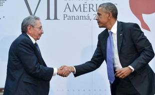 Poignée de mains historique entre le président américain Barack Obama (d) et son homologue cubain Raul Castro au Sommet des Amériques à Panama le 11 avril 2015
