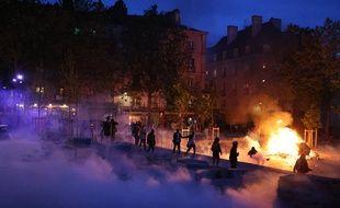 A Rennes, un feu a été allumé place Sainte-Anne le 19 mai, après la réouverture des bars.