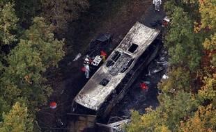 Puisseguin, le 24 octobre 2015. Photo aérienne du car incendié après une collusion mortelle avec un camion.