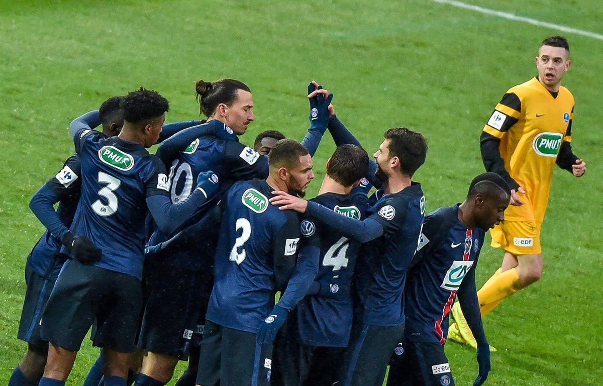 Zlatan Ibrahimovic félicité par ses coéquipiers après son but face à Wasquehal, en match de Coupe de France, le 3 janvier 2015. AFP / PHILIPPE HUGUEN – AFP